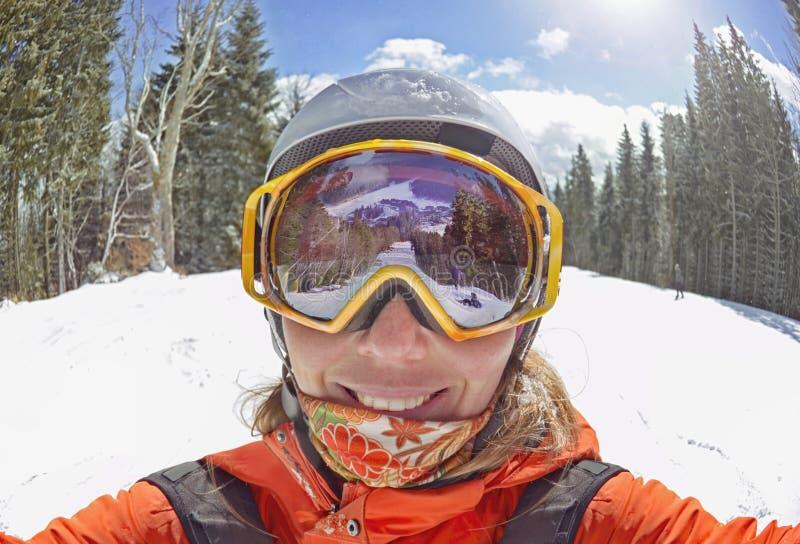 采取selfie的愉快的妇女在冬天在喀尔巴阡山脉,Bukovel 免版税图库摄影