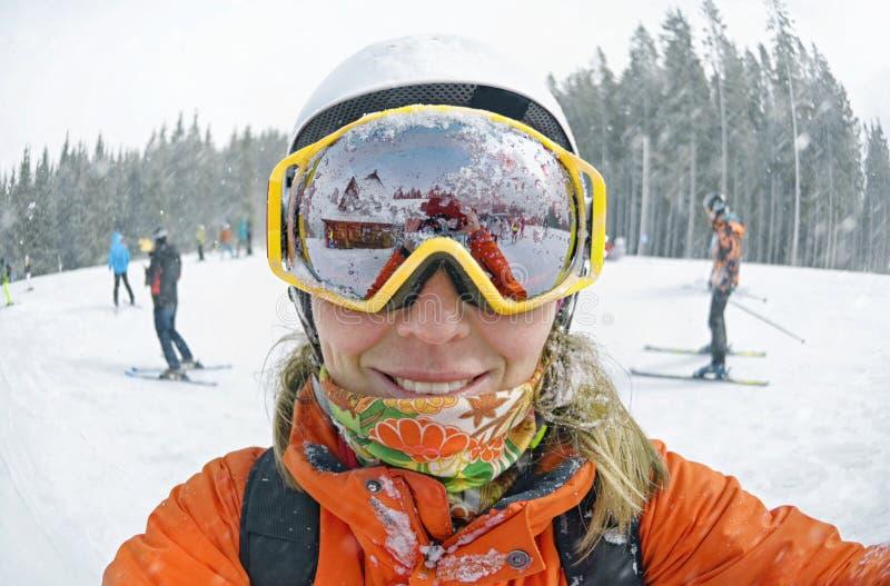 采取selfie的愉快的妇女在冬天在喀尔巴阡山脉 库存图片
