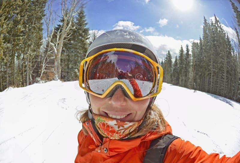 采取selfie的愉快的妇女在冬天在喀尔巴阡山脉 库存照片