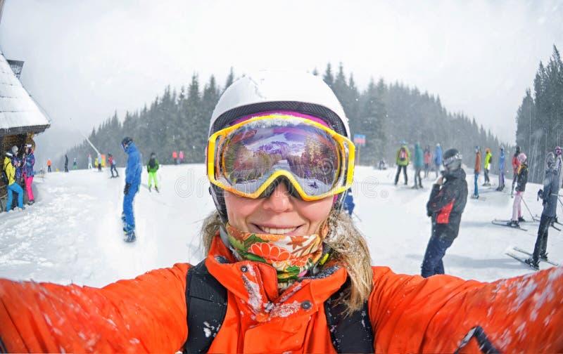 采取selfie的愉快的妇女在冬天在喀尔巴阡山脉 图库摄影