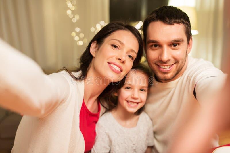 采取selfie的愉快的家庭在圣诞节 库存图片