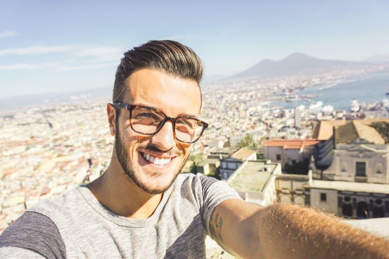 采取selfie的时尚男孩,当旅行在那不勒斯,意大利时 库存照片