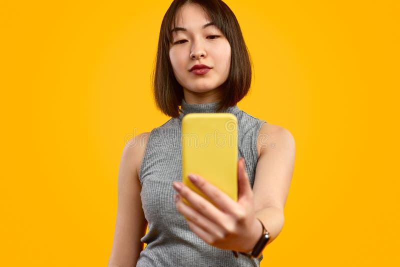 采取selfie的时髦亚裔妇女 库存照片