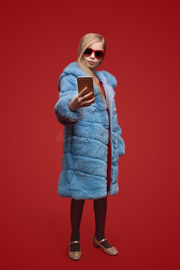 采取selfie的时髦女孩 免版税库存图片