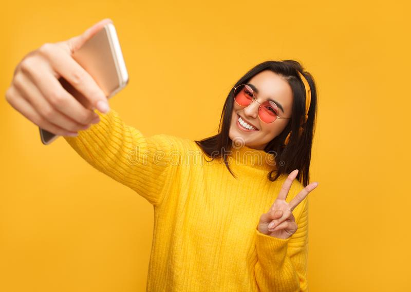 采取selfie的时髦行家女孩 库存图片