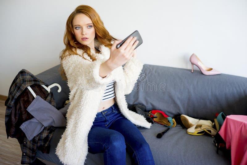 采取selfie的时兴的女孩 免版税库存照片