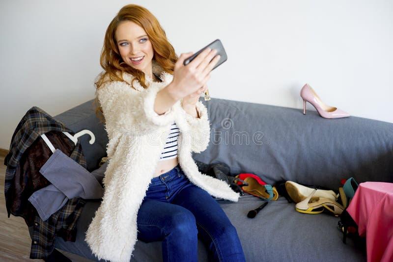 采取selfie的时兴的女孩 图库摄影