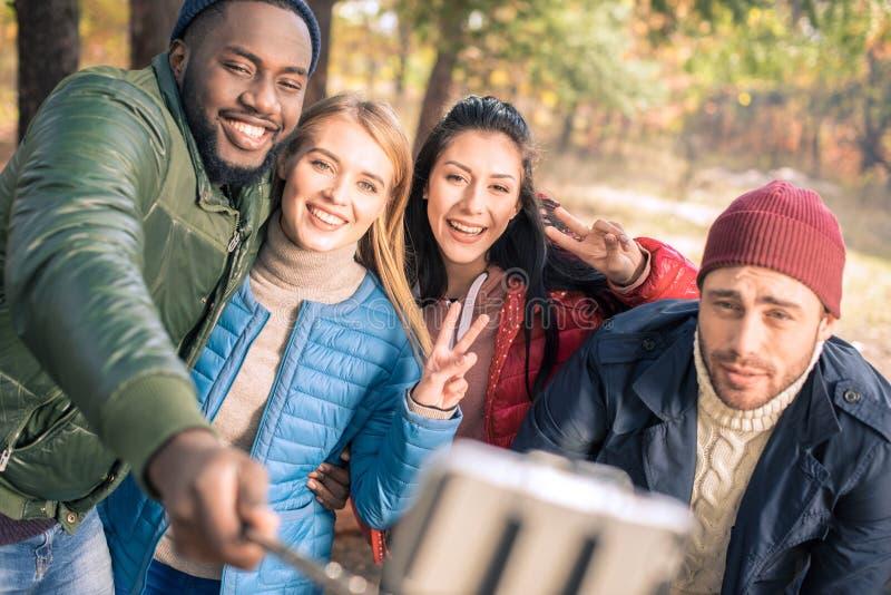 采取selfie的朋友在公园 库存图片