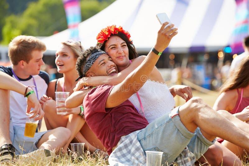 采取selfie的朋友在音乐节 免版税库存照片