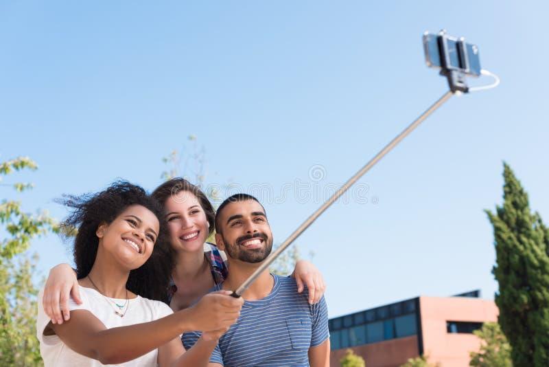 采取selfie的朋友 图库摄影