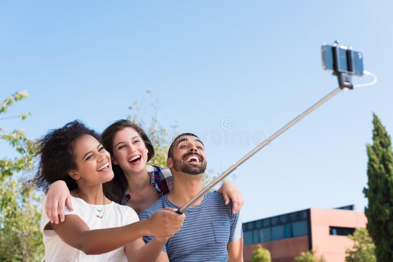 采取selfie的朋友 免版税库存图片