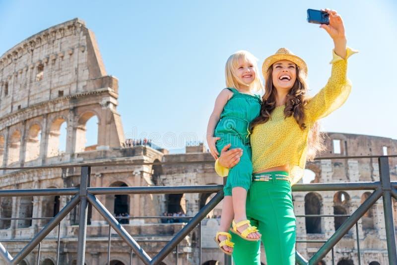 采取selfie的母亲和女儿在罗马斗兽场在罗马 免版税库存图片