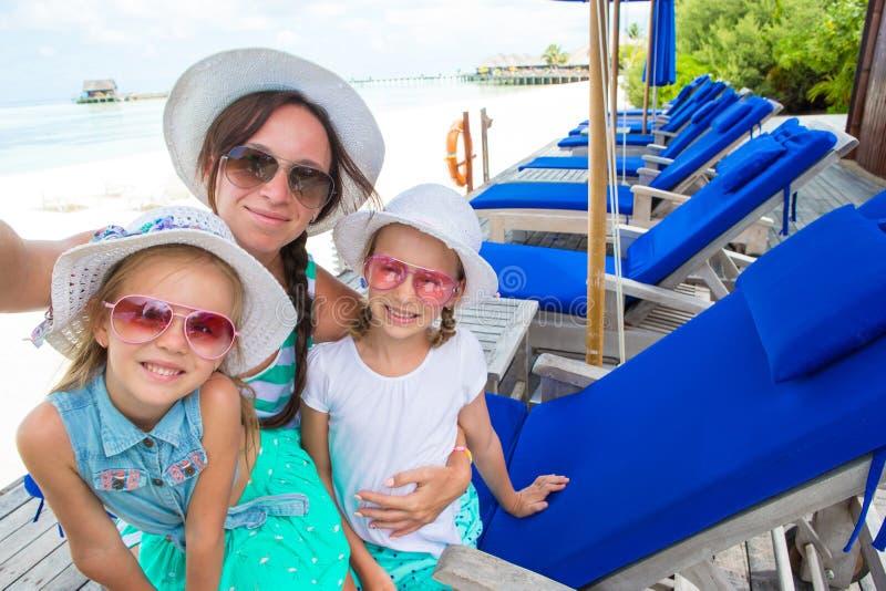 采取selfie的母亲和小女孩在热带 免版税库存照片