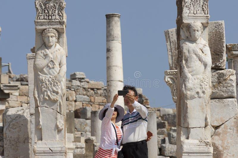 采取selfie的游人在赫拉克勒斯门在古城以弗所土耳其 库存照片