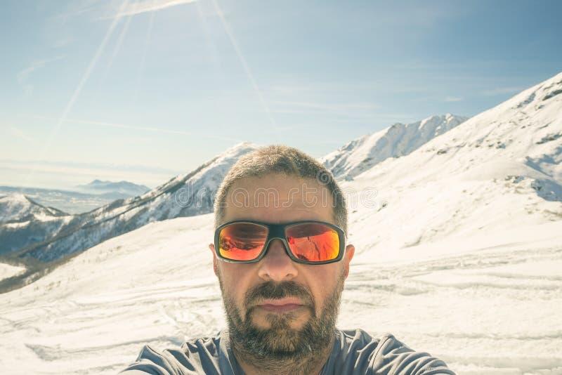 采取selfie的游览滑雪者 库存照片