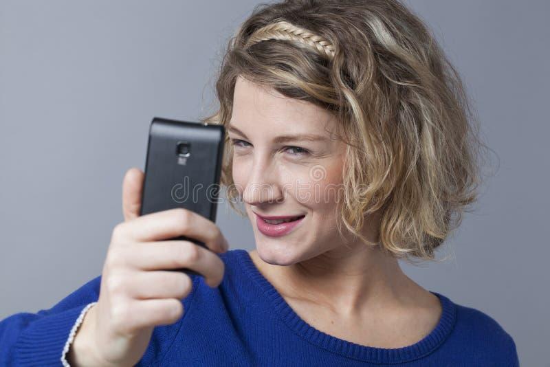 采取selfie的白肤金发的女孩厚颜无耻的关闭 库存照片