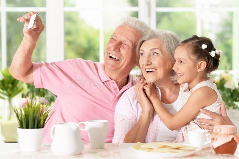采取selfie的祖父母和小女孩 库存图片