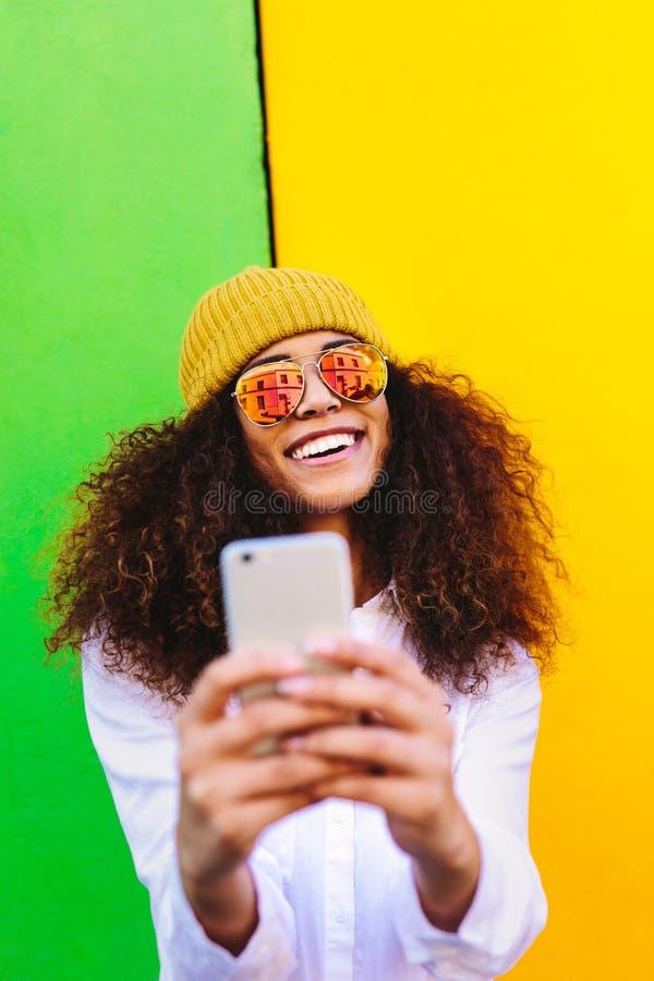 采取selfie的美丽的非洲女孩 库存图片