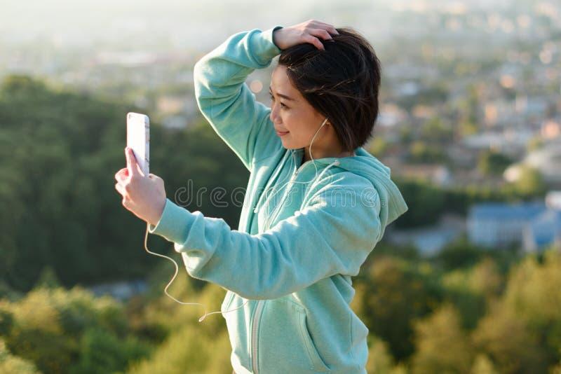 Download 采取selfie的肉欲的年轻日本妇女室外在公园使用她电话和微笑 库存照片 - 图片 包括有 夫人, 可爱: 72372432