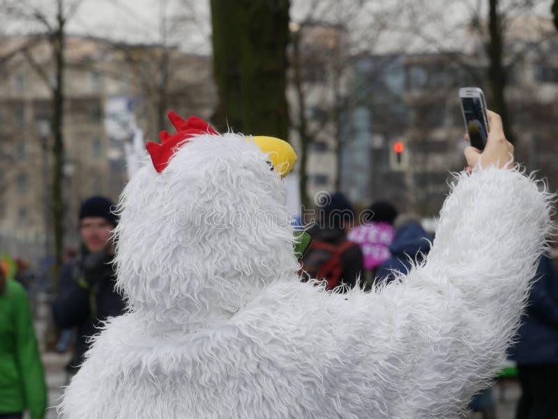 采取selfie的鸡衣服的人 免版税库存图片