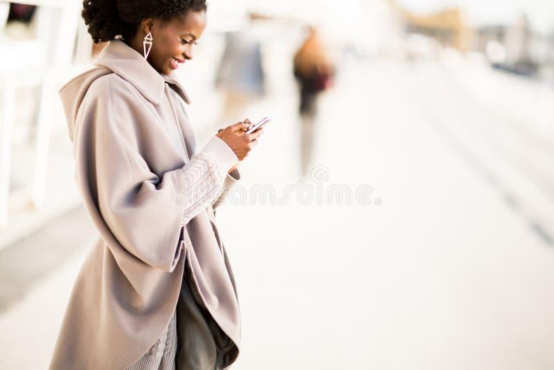 采取selfie的年轻黑人妇女室外 免版税库存图片
