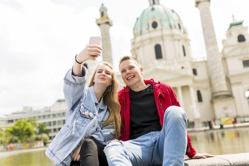 采取selfie的年轻夫妇在维也纳 图库摄影