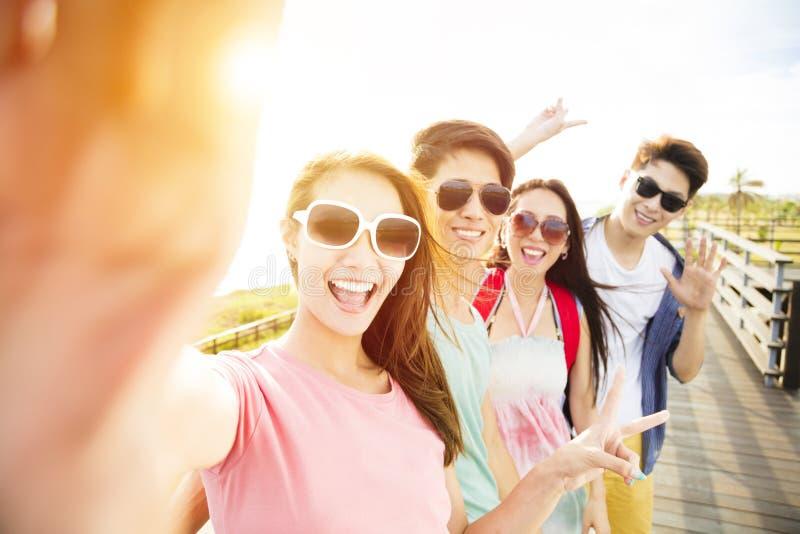 采取selfie的年轻小组朋友暑假 免版税库存照片