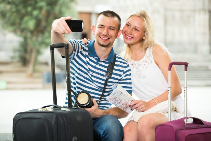 采取selfie的年轻旅行的夫妇 库存照片