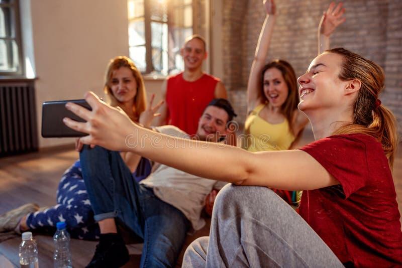 采取selfie-跳舞,体育和都市的小组微笑的舞蹈家 库存图片