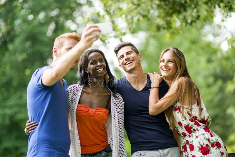 采取selfies本质上的小组青年人和夫妇 库存照片