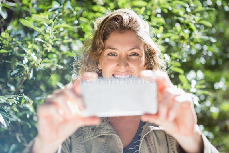 采取selfies的微笑的妇女 库存照片