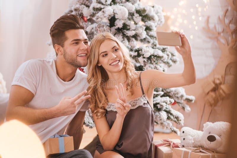 采取selfies的快乐的正面夫妇 库存图片