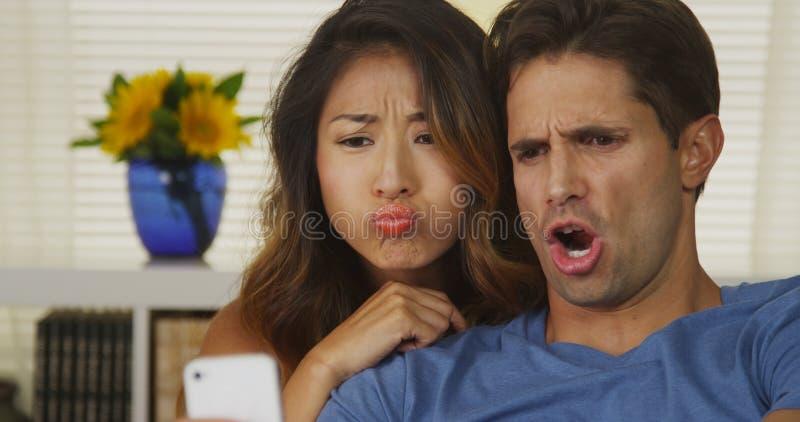 采取selfies的混合的族种夫妇 免版税图库摄影