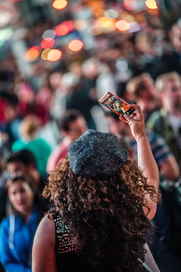 采取Selfy的人在时代广场在晚上,曼哈顿,新的Y 免版税库存图片
