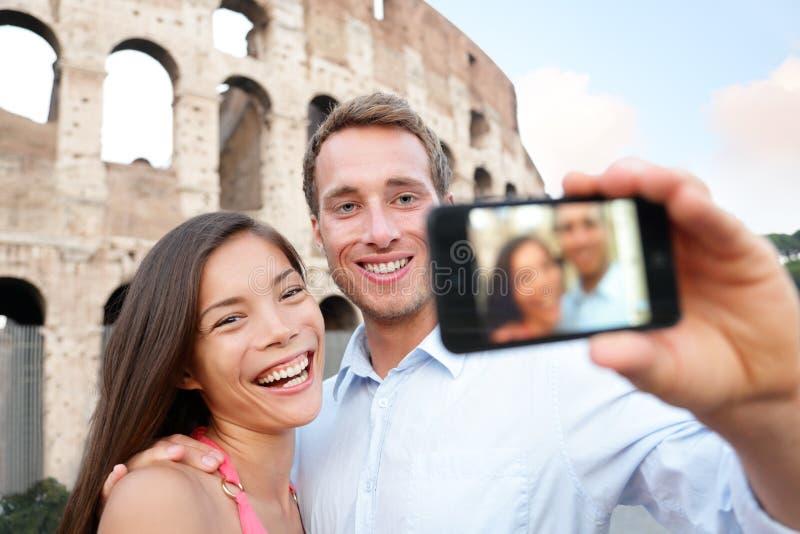 采取selife,大剧场,罗马的愉快的旅行夫妇 图库摄影