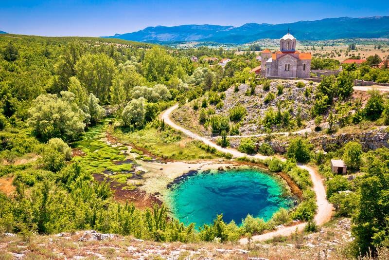 采廷娜河来源水坑和东正教鸟瞰图 图库摄影