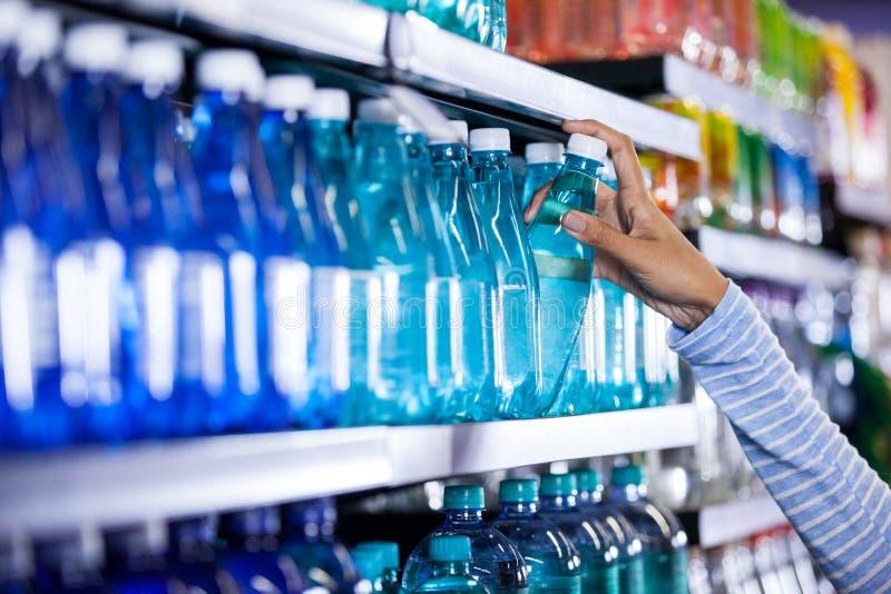 采摘一个瓶水的妇女 库存照片