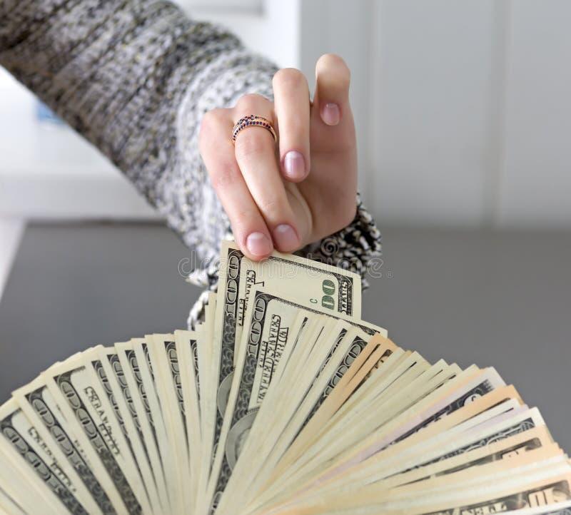 采摘丈夫的手的钞票 库存图片