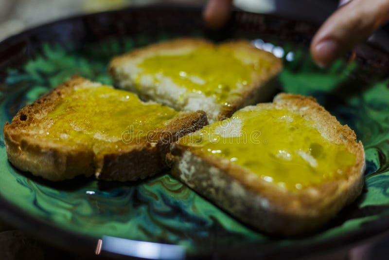 采摘与额外处女橄榄油的手面包 免版税库存照片