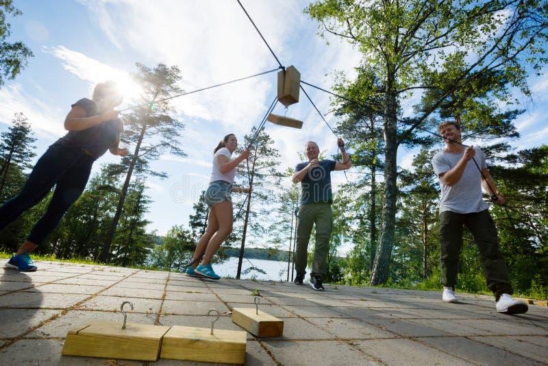 采摘与绳索的男性和女性木块 免版税图库摄影