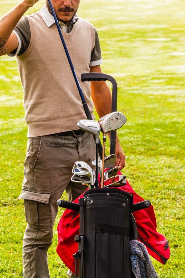 采摘俱乐部的优等的高尔夫球运动员 免版税库存照片