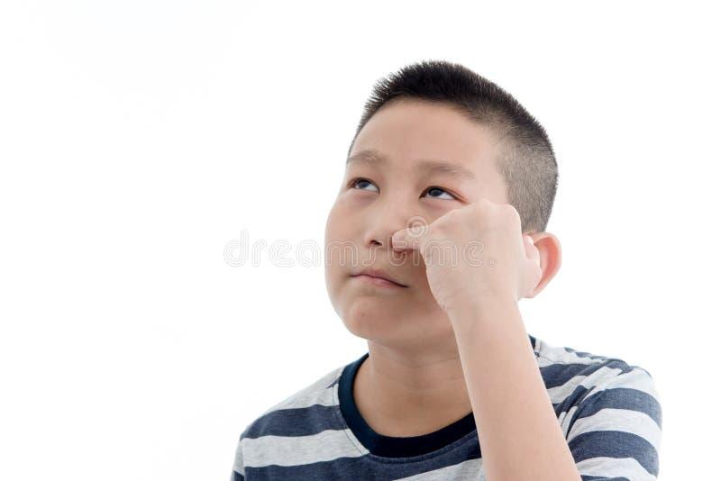 采摘在白色的亚裔男孩一个干燥鼻粘液 图库摄影