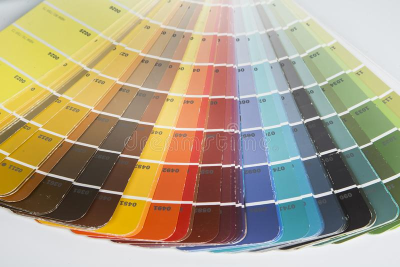 采摘的使用的颜色取样器油漆 免版税库存照片