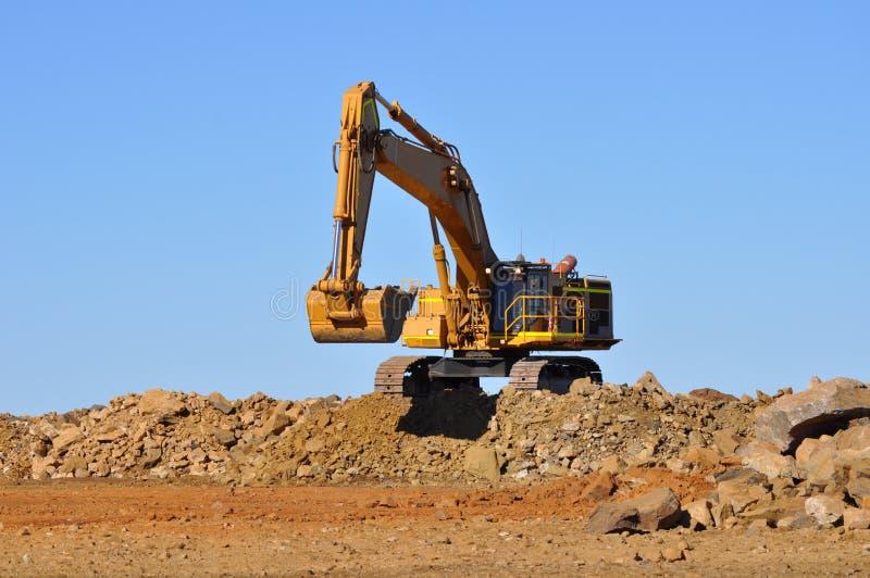 采矿挖掘机等待的卡车 免版税库存图片