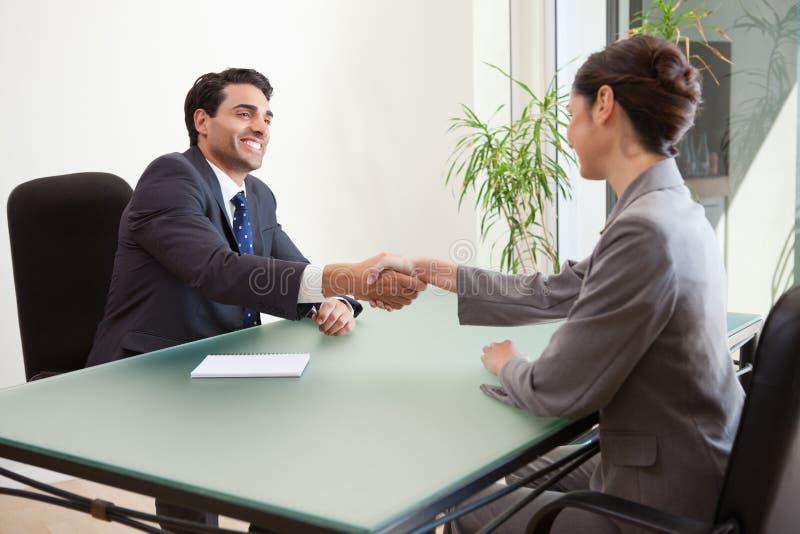 采访微笑的经理一个悦目申请人 免版税库存照片