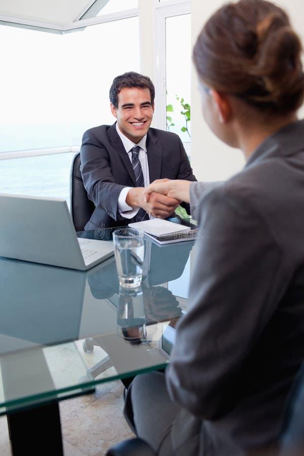 采访的经理的纵向一个女性申请人 免版税库存照片