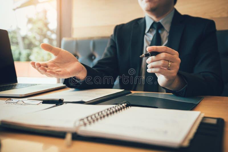 采访者坐解释关于新的雇员的工作 免版税库存照片