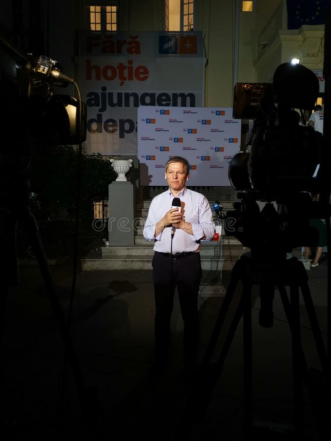 采访Dacian乔洛斯在联盟2020 USR-PLUS总部在布加勒斯特夜 库存图片