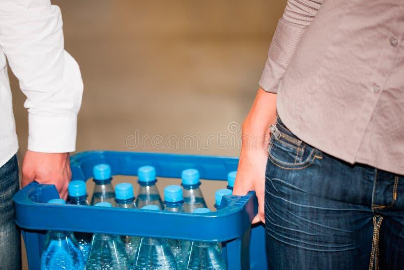 采购夫妇超级市场的饮料 免版税库存照片