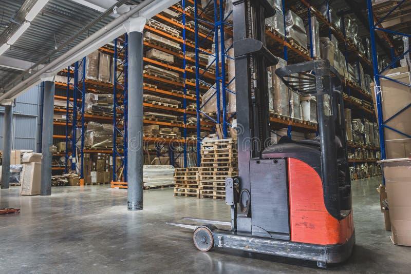 采购管理系统概念 巨大的工业仓库、企业运输和货物存贮的出口,板台有物品的在架子 库存图片